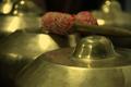 Primer plano de un gong de gamelan Degung por feureau.com.png