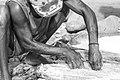 Découpe et salaison manuelle du poisson. Pêche traditionnelle à Tarafal de Monte Trigo, île de Santo Antao, Cap-Vert.jpg