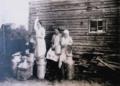"Dairy maids by a ""river sauna"" in Alajoki, Ilmajoki, 1920s 01.png"