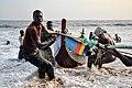 Des jeunes pêcheurs dans la ville de San-Pédro.jpg