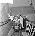 Driekoningen. Kinderen verkleed als de drie koningen in een woning onderaan een , Bestanddeelnr 934-5264.jpg