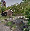 Dubbele betonnen bak met broeiramen, fruitmuur en houten pannengedekte schuur op de achtergrond - Warmond - 20406373 - RCE.jpg