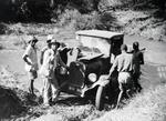 ETH-BIB-Lieferwagen wird aus dem Fluss gezogen-Kilimanjaroflug 1929-30-LBS MH02-07-0295.tif