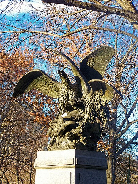 Bestand:Eagle and Prey by Christophe Fratin, Central Park, New York City.jpg