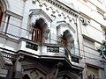 Edificio de arquitectura victoriana sobre calle Juncal - Ventanas.jpg