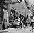 Een Goud- en zilverwinkel in de Maagdenstraat in Paramaribo. Ervoor een man met , Bestanddeelnr 252-4923.jpg