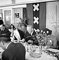 Een lunch georganiseerd voor KLM medewerkers en staf. Voor de vlag met het wapen, Bestanddeelnr 254-2265.jpg