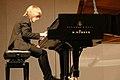Enrico Noel Czmorek an Grigory Sokolov´s Konzertflügel Steinway D-274 im Daun Forum (2018).jpg