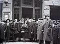 Esküvői csoportkép, 1946 Budapest, Hegedűs Gyula utcai a zsinagóga bejáratánál. Fortepan 105078.jpg
