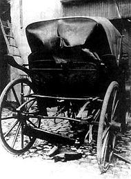 Coche en el que viajaba el Jefe de Policía Ramón Falcón, destruido por la bomba de Radowitzky.