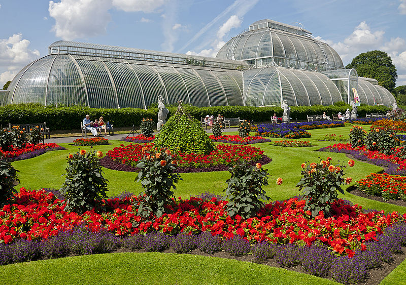 Ficheiro:Flowers in front of the Palm House, Kew Gardens.jpg