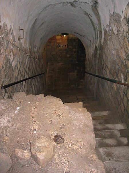 Fort de Vaux - Escalier descendant au puit du passage souterrain