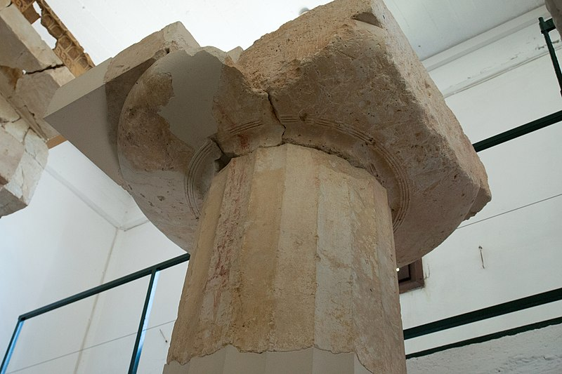 Soubor:Fragment of column and capital of Older temple of Aphaia, 570BC, 176131.jpg