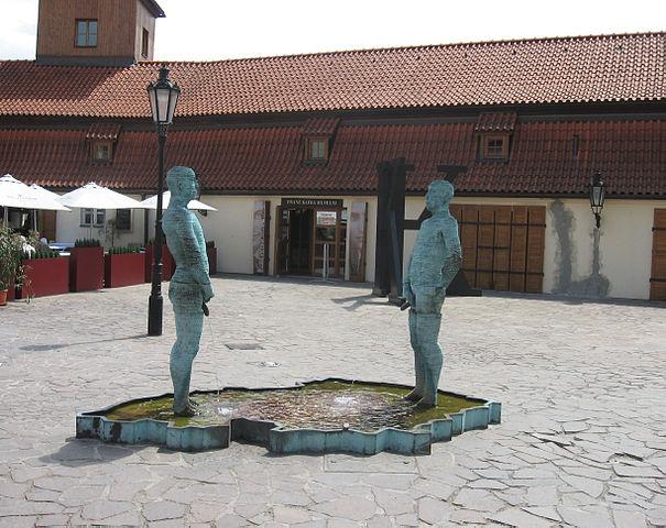Скульптура перед входом в музей Франца Кафки в Праге (скульптор Давид Черны).