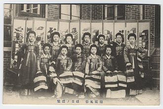 Kisaeng, women from outcast or slave families who were trained to provide entertainment, conversation, and sexual services to men of the upper class. Gesang School (i.e. kisaeng school).jpg