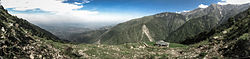 Overview o Dharamshala toun in Kangra Valley fae the Dhauladhar range