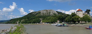 Braunsberg (hill) - Braunsberg hill, Danube to the left, Hainburg an der Donau to the right.