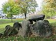 Heide şehir parkındaki büyük taş mezar Schalkholz-Vierth'in taşınan mezar odası