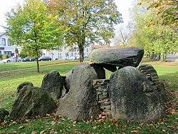 Přemístěná hrobová komora velkého kamenného hrobu Schalkholz-Vierth v městském parku Heide