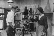 Le réalisateur Herbert Brenon avec l'actrice Alla Nazimova sur la scène de tournage de War Brides