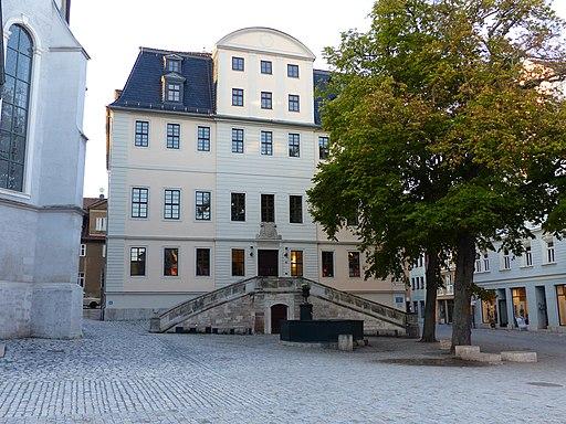 Altes Gymnasium am Herderplatz 14 Weimar; links angeschnitten die Stadtkirche
