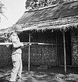 Het omsingelen van huizengroepen Gebruik dus een lange bamboe om de deur ope…, Bestanddeelnr 15829.jpg