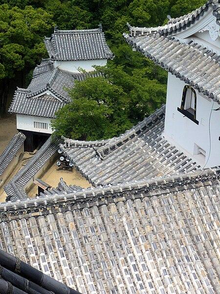 Archivo:Himeji Castle - roofs.jpg