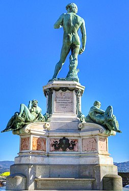 Il David che guarda Firenze dal Piazzale Michelangelo (HDR).jpg