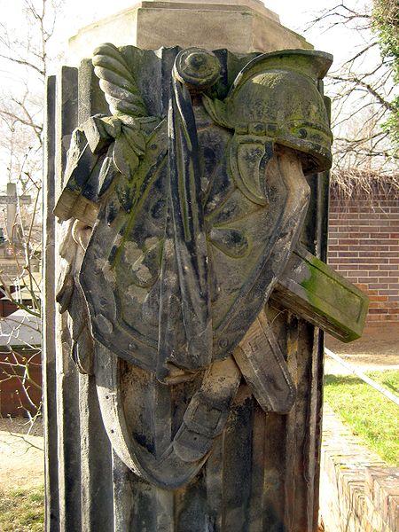 File:Invalidenfriedhof, Grabmal Ernst Otto von Reineck, Detail.jpg