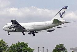 Boeing 747—100 alteriĝas en la flughaveno de London
