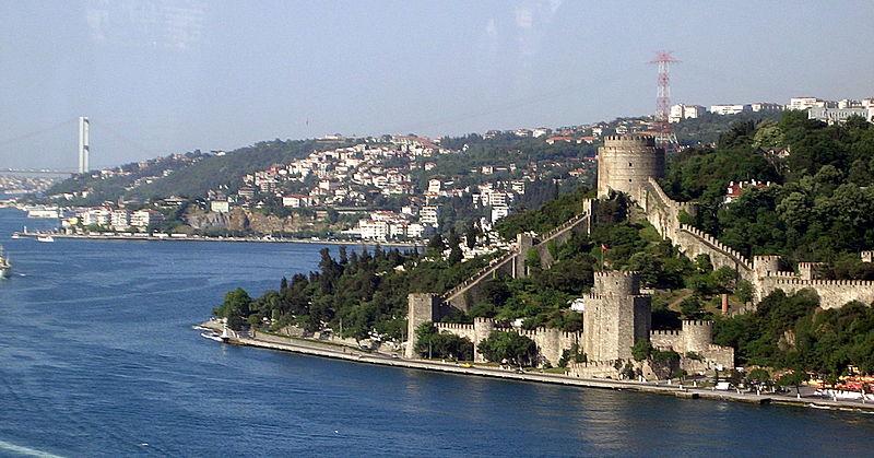 Ficheiro:Istanbul waterfront (Rumelihisari).jpg