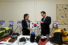 Description de l'image KOCIS Mountaineer Oh Eun-sun meets President Lee (4617624851).jpg.