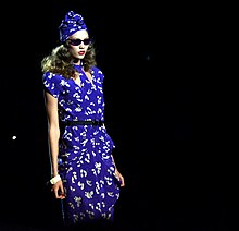 Karlie Kloss in una sfilata di Anna Sui: indossa un abito tipico degli anni quaranta.