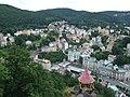 Karlovy Vary, pohled na vřídlo a část města.jpg
