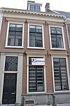 foto van Pand met eenvoudige lijstgevel met horizontale architraven boven vensters
