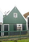 foto van Grotendeels houten huis met eenvoudige topgevel