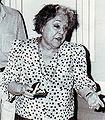 La actriz Rafaela Aparicio agradece la entrega de la Fiambrera (1987).jpg