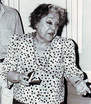 Rafaela Aparicio - Image: La actriz Rafaela Aparicio agradece la entrega de la Fiambrera (1987)