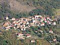 Le hameau de Lavelle sous les orgues basaltiques.jpg