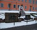 Lomnice nad Popelkou, pomníky pod zámkem.jpg