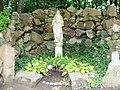 Lubostroń, park, ok. 1800 - figura Matki Boskiej w grocie nad stawem w parku.JPG