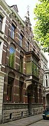 foto van Herenhuis, in een het door het eclecticisme beïnvloede bouwstijl.