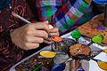 Malowanie pisanek rozgrzanym, kolorowym woskiem podczas jarmarku wielkanocnego w rožnovskim skansenie.jpg