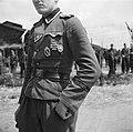 Man in uniform van het regiment Germania van de SS Wiking divisie met diverse on, Bestanddeelnr 900-3411.jpg