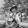 Man met fraai bewerkte pijp in Allgäuer klederdracht, Bestanddeelnr 254-3980.jpg