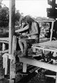 Man som tvinnar ett snöre av agavefibrer. Choco. Colombia - SMVK - 004091.tif