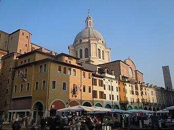 File:Mantova - Piazza delle Erbe.jpg (Source: Wikimedia)