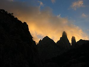 """Hajhir Mountains - The twin peaks of Mashanig. The fallen pillar bridging the peaks is called """"Mishifo"""". The left-hand tower is the ultra-high point of the range."""