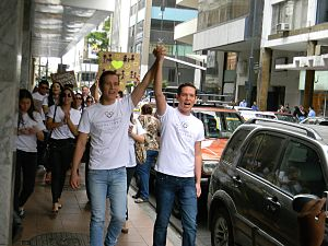Recognition of same-sex unions in Ecuador - Same-sex couple on their way to the Guayaquil Civil Registry, as part of the Matrimonio Civil Igualitario campaign.