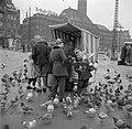 Mensen bij een kraampje waar duivenvoer wordt verkocht, op de voorgrond kinderen, Bestanddeelnr 252-8827.jpg